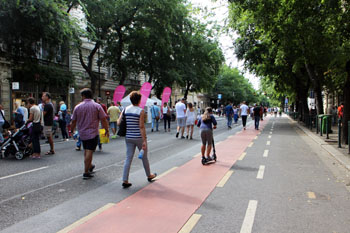 people walking on Andrassy on the car free day