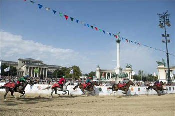 3 horse riders on Heroes square