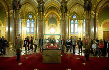 the crown displayed in the grand hall of the Parliament