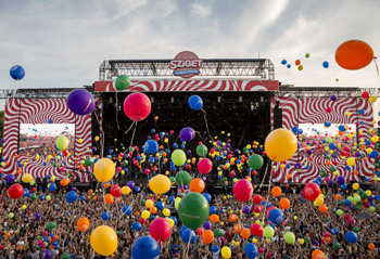 lots of people in front of the main stage, balloons in all color in the air