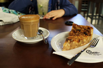 flat white and apple pie in Cirkusz cafe