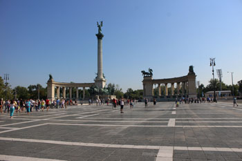 the Millenium monument and the surrounding statues on Heroes' Sqr