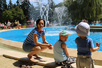 Margitsziget, at the fountain with the kids
