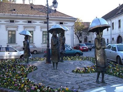 obuda_umbrella_women_statues