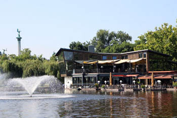the terrace of the restaurant on city park lake