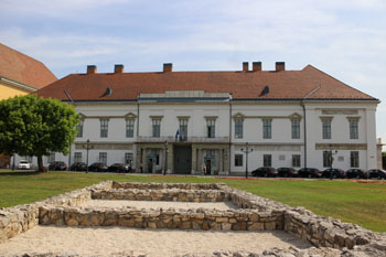 front view of the white facade of Sándor Palace