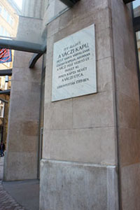 A marble plaque saying: the northern gate of PesT's city wall the Vaczi kapu stood here, deconstructed in 1789. The street was named after it.