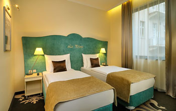 a double room with two single beds in la Prima Fashion hotel