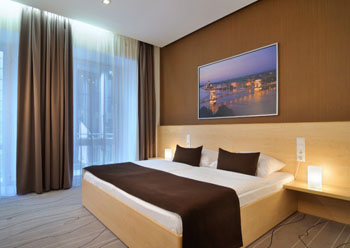 a standard double room in Promenade hotel