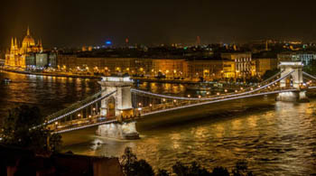 the Chain Bridge and the buildings in Pest illuminated at night