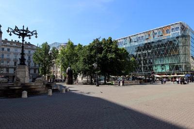 the glass facade of the Váci 1 Shopping center