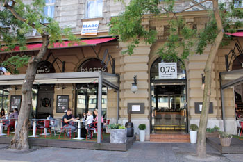 the terrace and entrance of 0,75 bistro