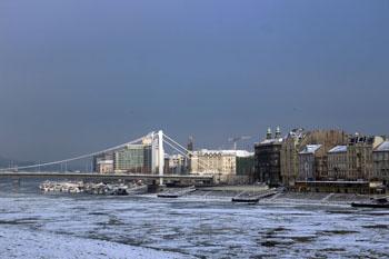 Elizabeth Bridge over the ice clogged Danube